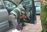 Hai vợ chồng giấu 20 bánh heroin vào cánh cửa ô tô