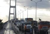 Xe đầu kéo bị nạn trên cầu Phú Mỹ, giao thông ùn tắc