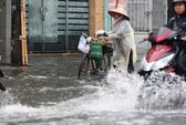 Chỉ mưa 1 giờ, dân Sài Gòn đã lội bì bõm