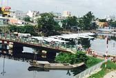 Bọt trắng nổi trên kênh Tân Hóa - Lò Gốm