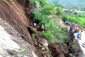 """4 người bất ngờ rơi xuống vực vì tảng đá """"lìa cội"""""""