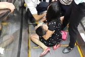 Hà Nội: Bé trai bị kẹt chân ở thang cuốn, bố mẹ hoảng loạn