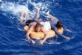 Tàu Singapore cứu 2 thuyền viên Việt Nam trôi dạt trên biển