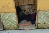 Tá hỏa phát hiện người đàn ông tử vong ở nhà vệ sinh công cộng