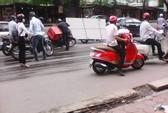 Để dầu chảy ra đường, xe cứu hộ bỏ đi mặc xe máy trượt ngã