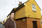 """Ngôi nhà """"ma ám""""đình đám nhất nước Anh được rao bán"""