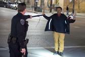 Mỹ: Cầm cây chổi, thiếu niên da màu vẫn bị cảnh sát bắn