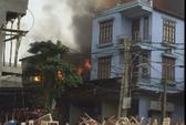 Cháy lớn xưởng đồ nội thất, mang bàn ghế chất đầy đường