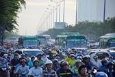 """""""Khóc"""" trên cầu Sài Gòn vì xe đầu kéo tông dải phân cách"""