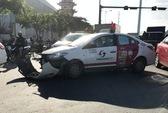 Taxi va chạm xe tải, vòng xoay Phan Văn Trị hỗn loạn