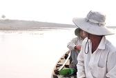 Người khó đổ về hồ Sông Ray... nhặt tiền!
