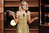 Carrie Underwood thắng lớn tại CMA Awards 2016