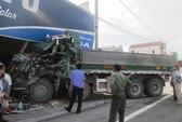 Xe tải đâm vào nhà dân, 2 người nhập viện