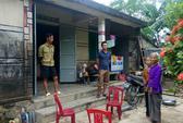 Đoàn cứu trợ ra khỏi nhà dân, thôn đến thu lại tiền hỗ trợ