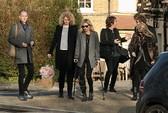 Siêu mẫu Kate Moss chống nạng sau cú ngã ở Thụy Sĩ