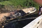 Xe rơi xuống hố, tài xế chết cháy trong cabin