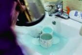 Trung Quốc: Rửa tách trà cho khách bằng... nước tẩy bồn cầu