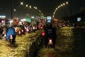 Mưa dồn, triều cường dập, hàng ngàn xe TP HCM