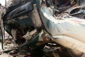 Xe tải kéo đổ cổng làng, tài xế chết kẹt trong ca bin