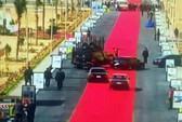 """Tổng thống Ai Cập bị chỉ trích vì """"4 km thảm đỏ lót đường"""""""