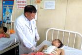 Dùng cưa điện chẻ xương ức cứu nạn nhân thủng tim