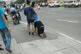 Sốc cảnh cô gái xích cổ kéo chàng trai giữa phố