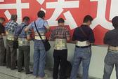 Trung Quốc: Bắt 7 kẻ giấu 580 điện thoại trong người