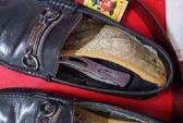 Giấu dao gấp 20 cm vào giày mang lên máy bay vì… tiếc