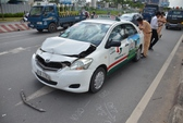 Taxi ủi xe con, 3 du khách nước ngoài khiếp vía