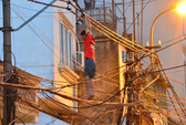 Trèo lên cột điện, gọi điện cho người thân rồi lao xuống đất