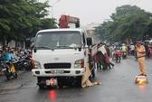 Nâng xe tải đưa thi thể 2 cô gái trẻ ra ngoài