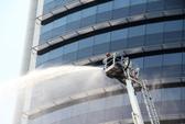 Dùng xe thang cứu hộ hơn 300 người kẹt trong tòa nhà 21 tầng