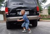 TP HCM: Cha lùi xe, vô tình cán chết con trai