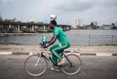 Cầu thủ Nigeria giữ bóng trên đầu đạp xe 103 km