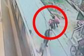 Ấn Độ: Người đi đường bỏ mặc 1 cô gái bị đâm 20 nhát