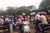 Khẩn cấp dừng tàu hỏa vì xe máy không nhường đường