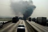 Tông vào dải phân cách, xe tải bốc cháy ngùn ngụt