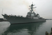"""Tàu khu trục Mỹ """"bắn cảnh cáo tàu Iran"""""""