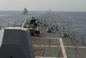 """Tàu Iran """"ép"""" tàu hải quân Mỹ chuyển hướng ở eo biển Hormuz"""