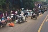 """Vụ tai nạn 2 người chết ở Hoà Bình: Nhiều người lao vào """"hôi của"""""""