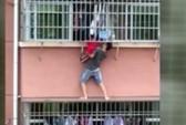 Mạo hiểm cứu bé trai treo lủng lẳng ở cửa sổ nhà cao tầng