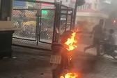 Phạm luật giao thông, người đàn ông châm lửa đốt xe tại Hà Nội