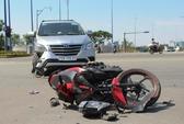 Ô tô rẽ phải tông xe máy, 2 người bị thương