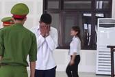 Kẻ trốn truy nã bật khóc tại tòa khi thấy con trai