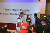 Hữu Thắng bối rối bắt tay nữ trưởng đoàn xinh đẹp của U22 Thái