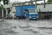 Mưa chưa đến 2 giờ, Sài Gòn đã ngập, kẹt xe khắp nơi