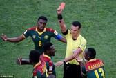 Trọng tài đuổi nhầm người hi hữu, Đức loại Cameroon