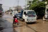 Con đường nước ngập giữa nắng thiêu ở TP HCM