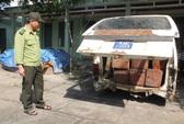 Chở gỗ lậu, tài xế biển số xanh vứt xe bỏ trốn