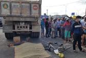 Đứng chờ đèn đỏ, nữ công nhân bị xe tải cán tử vong